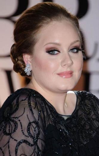 """Adele ise kilolarıyla ilgili tüm eleştirilere kulaklarını tıkamış durumda. Genç şarkıcı """"Eğer bir oyuncu olsaydım kilo vemeye çalışındım. Ama benim mesleğimde kilolar o kadar da önemli değil. Albüm için anlaşma yaptığım hiçbir şirket de bana kilo vermem gerektiğini söylemez. Çünkü böyle bir durumda onlarla çalışmayacağımı bilirler"""" diye konuştu."""
