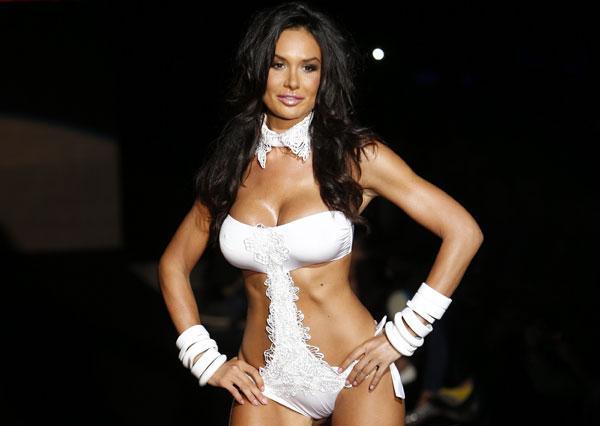 Skandala yol açan bunga bunga partilerinde rahibe kıyafeti giyip striptiz yaptığı iddia edilen 26 yaşındaki manken Minetti  Parah New Generation iç çamaşırlarının tanıtımını yaptı.