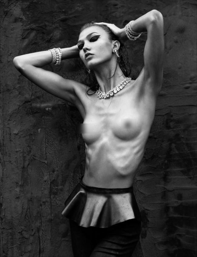 Fotoğrafçı Greg Kadel, güzel mankenin bu fotoğrafının orjiinalini ortaya çıkarınca yer yerinden oynadı.  Çünkü aşırı zayıf olan Kloss'un tek tek sayılan kaburga ve göğüs kemikleri 'ağır bir photoshop' işleminden geçirilmişti.