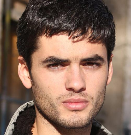 Nik Xhelilaj, yeni sezonun öne çıkan genç yıldızlarından biri.Kayıp Şehir dizisinde kamera karşısına geçen aktör 1983 Arnavutluk Tiran doğumlu.