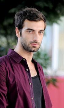 İlker Kaleli, İstanbul doğumlu. Aslında DJ ya da şarkı sözü yazarı olarak kariyerini oluşturmak istiyordu Kaleli.