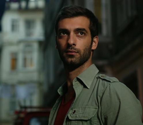 Üniversiteden mezun olduktan sonra İngiltere'ye gitti. Londra'da LAMDA'da üç yıl boyunca oyuncuyluk eğitimi aldı. Londra ve İstanbul'da yaşıyor.