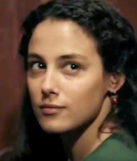 Aynı dizisinin oyuncularından Cansu Tosun da Almanya'da doğup Türkiye'ye gelen oyunculardan.
