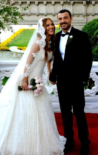 Demet AKALIN  Ünlüler dünyasında evlilik, sadece mutlu bir yuva kurmak anlamına gelmez, aynı zamanda yeni ve bol kazançlı işler için açılan bir kapı olur. Bu kapıdan geçen son isim de Demet Akalın.