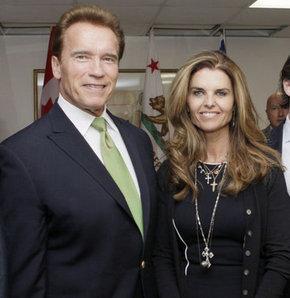 """ABD'nin eski Kaliforniya Valisi ve ünlü oyuncu Arnold Schwarzenegger, evindeki temizlikçiyle yaşadığı ilişkinin, o zamanlar eşi olan Maria Shriver'e yaptığı """"en aptalca şey"""" olduğunu söyledi.   65 yaşındaki Schwarzenegger, pazar günü ABD'de TV'de yayımlanacak """"60 Dakika"""" programında, temizlikçileri Mildred Baena ile yaşadığı ilişkiyle ilgili olarak, """"Yaptığım en aptalca şeydi. Korkunçtu. Maria'ya ve çocuklarıma çok büyük acı çektirdim"""" dedi. Schwarzenegger'in eski eşi Maria Shriver'den 4 çocuğu bulunuyor.   Ünlü oyuncunun, 20 yıl boyunca evlerinde temizlikçi olarak çalışan Mildred Baena ile ilişkisinden 14 yaşında bir oğlu var. Siyasi açıdan güçlü Kennedy ailesinin bir üyesi olan Shriver, temmuz ayında boşanma davası açmıştı."""