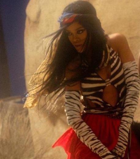 Rihanna sadece kliplerinde değil sahne şovlarında da çıplaklığı sık sık kullanıyor.