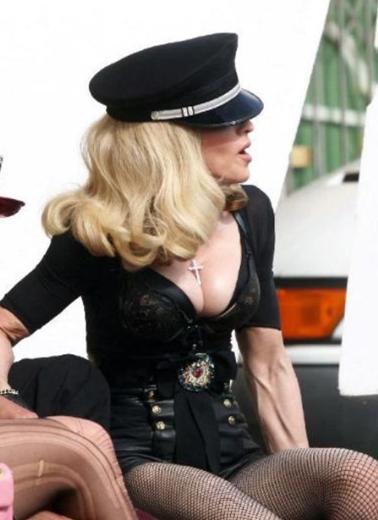 """Madonna'nın bir başka hayranı da """"Ben onu yıllardır severek takip ediyorum. Ama sanırım bütün bunları yapmasına gerek yok"""" yorumunu yaptı."""