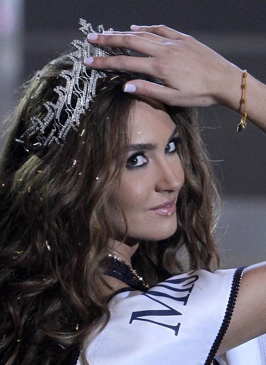 Lübnan'daki güzellik yarışmasında birincilik ve ikincilik ikiz kardeşlerin oldu.