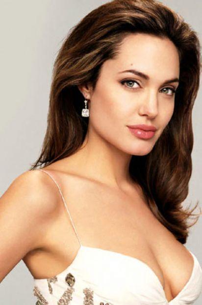 """Büyük gözler ve dolgun dudaklar, kadınlarda çekici yüzlerin vazgeçilmezleri olarak bilinir. Ancak Kanadalı ve Amerikalı psikologlara göre yüz hatları arasındaki uzaklıklarda bir """"altın oran""""ın varlığı güzellik algısına önemli ölçüde katkı yapıyor. Angelina Jolie."""