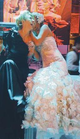 Hatta Yener, Akalın'ı; Bekensir ile evlenirken ne kına gecesinde ne de düğününde yalnız bıraktı. Ama bir süre sonra ikilinin arasına yine kara kedi girdi.