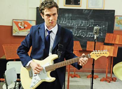 ÖZEL HAYATLARI KALMADI  Bu sezon başında ekrana gelen Öyle Bir Geçer Zaman ki kadrosundaki genç oyuncuların yıldızını parlattı. Bunlardan biri de Aras Bulut İynemli.