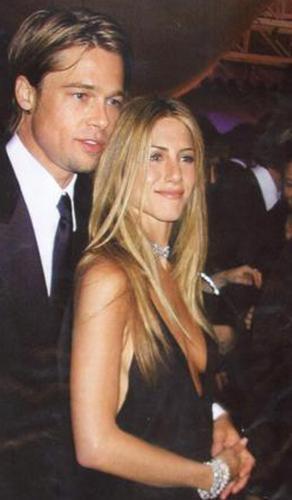 """Sonra Pitt, onu Angelina Jolie ile aldatıp terk etti. Aradan yıllar geçti ama Aniston """"Brad Pitt'in terk ettiği kadın"""" imajını bir türlü kıramadı. Onunla ilgili bambaşka haberlerde bile bu konuya gönderme yapılıyor."""