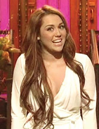 ÇILGIN YAŞAMIYLA GÜNDEMDE  Miley Cyrus daha küçük bir çocukken yıldız oldu. Üstelik bir de ünlü bir babanın kızı. Durum böyle olunca onun da magazin manşetlerinden inmemesi doğal.