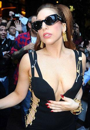Her zaman farklı bir giyim tarzıyla gördüğümüz yıldızın Lady Gaga, bu kez herkesi şaşırttı.