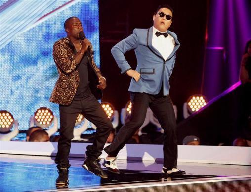 Şarkıcının fenomen olmasının öncelikli sebebi ise video klipte müzikle beraber yapılan dans.
