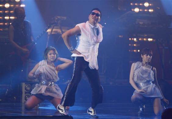 Şarkıyı bu denli ünlü yapan ise PSY'nin 'at dansı' adı verilen ilginç koreografisi.