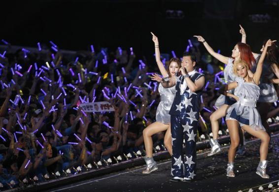 Bununla beraber Gangnam Style'in en önemli noktası şık giyinmek ve kalitesiz dans etmek diye açıkladı.
