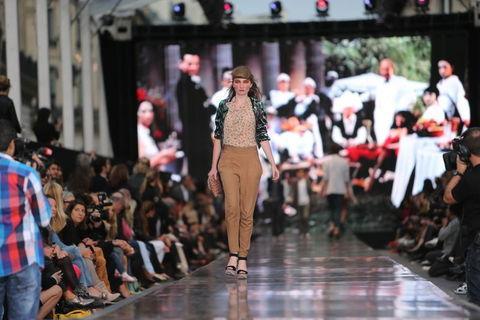 Fransa'nın başkenti Paris'te 'dünyanın en büyük moda şovu' gerçekleşti. Podyumun sokağa taşındığı şovu Galeries Lafayette tarafından düzenledi.