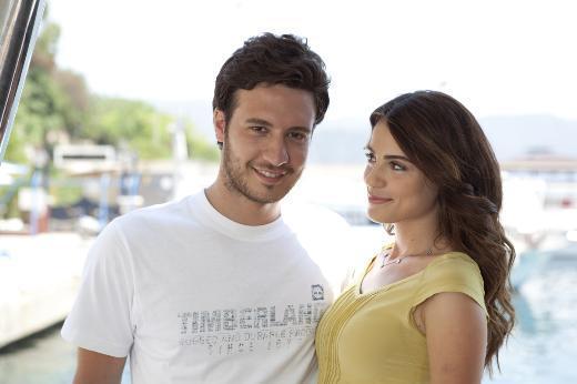 SUDAN BIKMIŞ BALIKLAR Başrollerini Ezgi Eyüboğlu ve Burak Sağ Yaşar'ın paylaştığı dizi Star Tv'de izleyici ile buluşuyor.