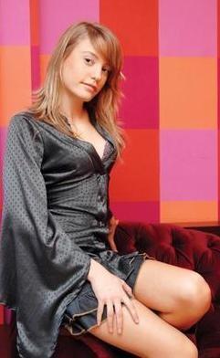 """1991 doğumlu Serenay Sarıkaya, """"göğüslerine silikon taktıran en genç yıldız"""" unvanını da ele geçirdi."""