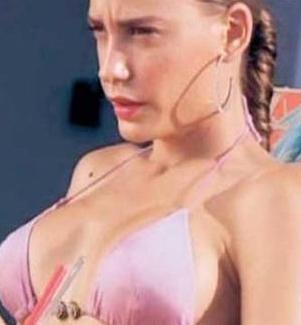 Sonrasında katıldığı güzellik yarışmasında Türkiye ikinci güzeli seçildi  Sarıkaya yeni silikonlarıyla ilk kez havuz başında güneşlenirken görüntülendi.