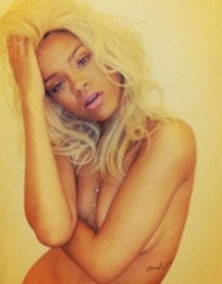 Ünlü şarkıcı Rihanna yeni parfümünün tanıtımı için çıplak pozlar verdi.