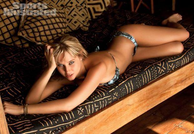 Güney Afrikalı model Genevieve Morton, Efes Pilsen bira markasının takvim kızı oldu.