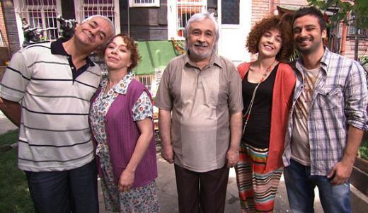 Müjdat Gezen, Ayşen Gruda, Zafer Algöz, Şebnem Sönmez ve daha nice usta rol alıyordu dizide.
