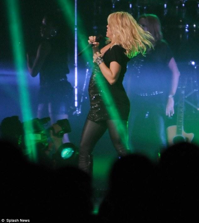 """Dünyaca ünlü şarkıcı Shakira Bakü'de verdiği konserde dans etti ve """"Bakü'ye oğlumla geldim"""" dedi."""