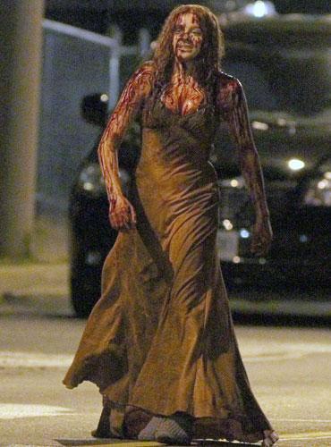 """2013 yılında mart ayında sinemalarda gösterime girmesi beklenen başrolünü Chloe Moretz oynadığı """"Carrie"""" adlı sinema filminden ilk görüntüler ortaya çıkmaya başladı."""