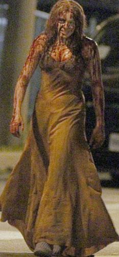Chloe Moretz tarafından canlandırılan) Carrie'nin kanla kaplı görüntüsü ilginç görüntülere neden oldu.