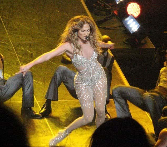 Performans sonrası hayranlarından gelen tweetlere cevap veren seksi şarkıcı aldığı olumlu tepkilerden dolayı çok mutlu olduğunu dile getirdi.