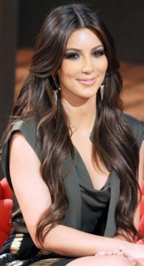 Aslında genç yaşta ölen babalarının bıraktığı servet onlara hiç çalışmasalar bile yeterdi. Ancak annesi Kris Jenner ve üvey babasının ticari zekası sayesinde paraya para demiyorlar ailece. Kim de bu zekadan nasibini fazlasıyla almış.   Bu arada unutmadan belirtelim Kardashian şöhretinin hatırı sayılır bir kısmını iri kalçalarına borçlu. Onun sayesinde yıllarda iri basenlerinden şikayet eden bir çok kadın kendini olduğu gibi sevmeye alıştı.