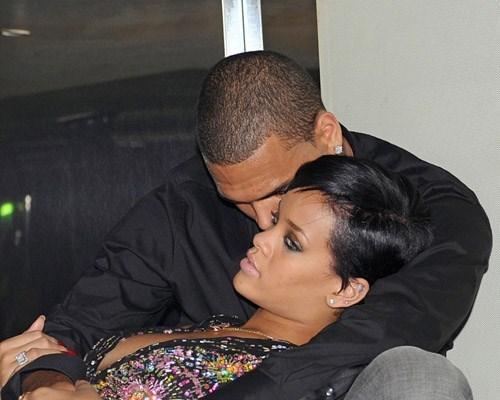 Brown'ı yeni internet sitesinin açılış gecesinde yalnız bırakmayan Barbadoslu şarkıcı Rihanna gecenin davetlilerinden biri tarafından gizlice görüntülendi.