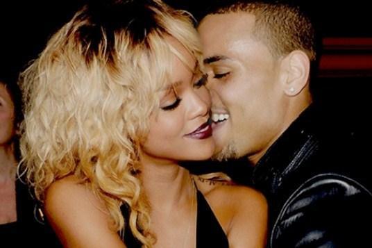 Beverly Hills'teki bir gece kulübünde gerçekleşen partide birbirinden ayrılmayan ikili gece boyunca samimi görüntüler sergiledi.