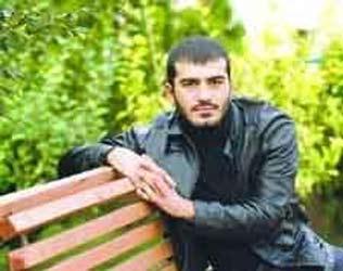 """UFUK BAYRAKTAR Türk sinemasının genç kuşak ustalarından Zeki Demirkubuz'un keşfettiği Ufuk Bayraktar'ın oyuncu olmasının öyküsü benzerine romanlarda rastlanacak türden. Demirkubuz, Bayraktar'ı babasının Cihangir'deki kahvesinde çalışırken fark etti. Bir gün kahvede otururken de genç adamı yanına çağırıp """"seninle konuşmak istiyorum"""" dedi.   O sırada askerde olan ancak hava değişimi için geldiği İstanbul'da kalıp askerliğinin son bir haftasını da öyle """"geçiştirmeye"""" çalışan Bayraktar; önce korktu hiç tanımadığı Demirkubuz'dan """"Beni zorla kışlaya geri götürecekler"""" diye."""