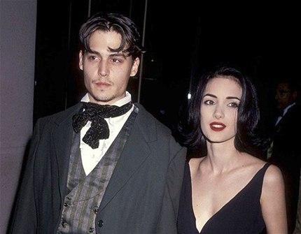 90'lardan Winona Ryder ile ciddi bir ilişki yaşayan Depp, yapılmaması gereken bir hata yaparak koluna 'Winona Forever' dövmesi yaptırdı.İkili ayrılınca dövmeyi 'Wino Forever'a değiştirdi. (Photo:Getty)