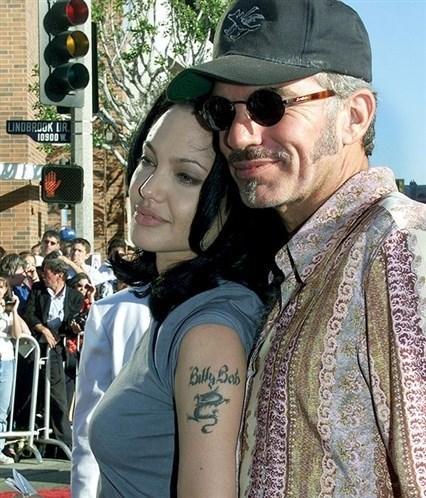 Dövme hatasına düşen bir diğer isim de Angelina Jolie'idi. Billy Bob Thorton ile üç yıl evli kalan Jolie 'Billie Bob' dövmesi yaptırarak hayatının hatasına imza attı. İkili boşanınca dövmeyi sildirdi ve o alana çocuklarının doğum yerlerinin dövmesini yaptırdı. (Photo:Newscom)