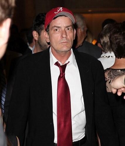 2011 yılında en çok kazanan aktörlerden biriyken işsiz kalan Charlie Sheen sinirden küplere binip herkese sataşmaya başladı. (Photo:Getty)