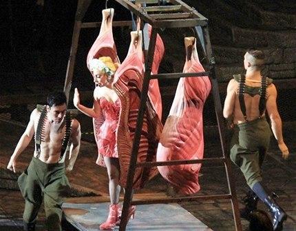 Lady Gaga turnesi boyunca etten kıyafetler giydi. (Photo:Rex)