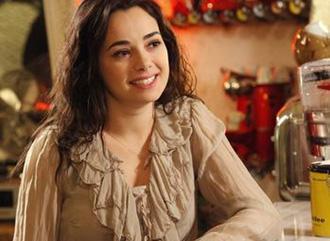 Bunun üzerine Aksoy, rolü İsviçreli oyuncu Norina Nobashari'ye kaptırdı.