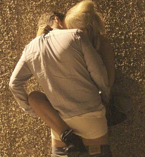 SOKAKTA SEVİŞİRKEN YAKALANDI  20 yaşındaki ekran yıldızı sabaha karşı sokakta sevişirken yakalanınca ne yapacağını şaşırdı.