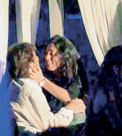 YİNE SİNEM.. BU KEZ KAYA ÇİLİNGİROĞLU İLE  Kaya Çilingiroğlu, Hülya Avşar ile evli olduğu dönemde bir çok güzelle birlikte anıldı. Bunlardan biri de daha önce Erkan Petekkaya ile yakalanan Sinem Ergülgen'di. İkili bir barda dudak dudağa öpüşürken objektiflere takıldı.