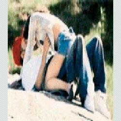 PARKTA Dünyaca ünlü pop yıldızı Britney Spears, 2004 yılında, o dönem sevgilisi olan eski eşi Kevin Federline ile Almanya Stockholm'deki bir parkta, sevişirken yakalandı. Rahat tavırlarıyla dikkat çeken ikili gazetecilerin kendilerini görüntülediğini anlayınca da gülümseyip kameralara poz verdiler.