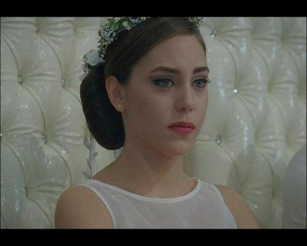 Henüz konservatuar öğrencisiyken, Tiyatro Krek'in Güzel Şeyler Bizim Tarafta adlı oyunu için yapılan seçmelere katıldı ve 30 aday arasından Ayşe rolünü oynamaya hak kazandı.