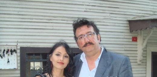 Bilek, dizinin sezon finalinden sonra düzenlenen yemeği eşi Manolya Hanım ile birlikte katılmıştı.
