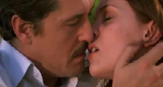 Öyle Bir Geçer Zaman ki'de Mete Horozoğlu'nun oynadığı Soner ile Zeynep Farah Abrullah'ın oynadığı Aylin birbirlerine deli gibi aşık. Arada engeller olsa da...