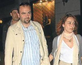 Dizinin Cemile'si Ayça Bingöl'ün eşi ise oyuncu ve yönetmen Ali Altuğ.