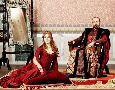 Halit Ergenç'in oynadığı Kanuni Sultan Süleyman da Hürrem Sultan'a deli gibi aşık.