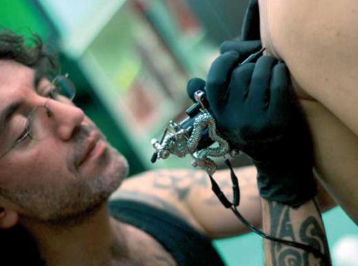 """Blacksea Tattoo'dan Ruhsel Donbalak'ın dövmeye ilişkin söyledikleri şöyle: """"En kısa anlatımla dövme; insan ruhunun bedene yansımasıdır. Kişi; anlam, estetik ya da her ikisini birleştirip ürettiği ya da üretilmiş çizgileri bedeniyle buluşturduğunda kendini görür ve kendini yeniler.   Bu kendini görme hali insanı iyi hissettirdiği için de dövmelerin devamı geliyor. Tabii bu süreçte eğer ki yapılan dövmeyle yaptıran kişi arasında bir bağ yoksa; yani moda şekiller, popüler kişilere ait dövmeler, anlık duygu iniş ya da çıkışlarından dolayı dövmeler yapılmışsa, dövme en büyük sıkıntılardan birine dönüşebiliyor.   Dövme yaptırılacağı zaman mutlaka iyi bir danışmanlık verecek bir dövme ustasının fikri alınmalı. Birçok dövmeci ya kazanacağı parayı ya da kendi iş egosunu düşünerek her dövmeyi sorgusuzca yapıyor. Bu yüzden bugün çok fazla mutsuz dövmeli insan var sokaklarda... Dövme yapımı için doğru malzeme ve yeterli ustalık bu işin olmazsa olmazıdır."""""""